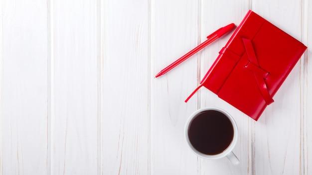 Caderno vermelho com caneta conceito de negócio
