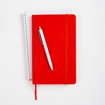 Caderno vermelho de vista superior com fundo branco