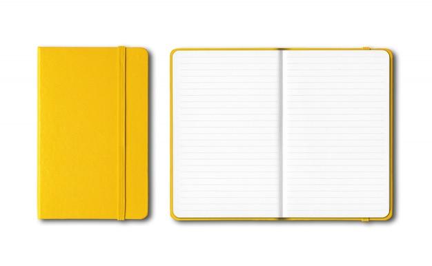 Cadernos alinhados fechados e abertos amarelos isolados no branco