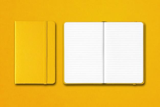 Cadernos alinhados fechados e abertos amarelos isolados