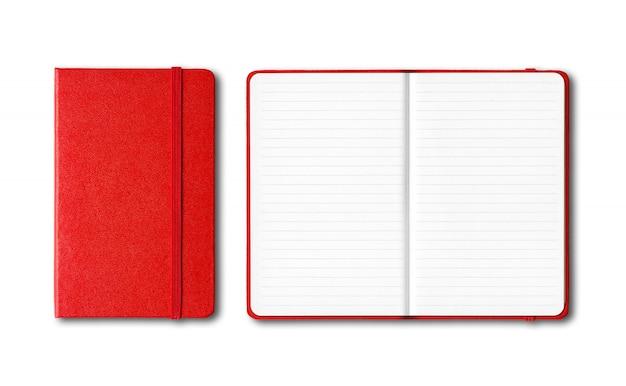 Cadernos alinhados fechados e abertos vermelhos isolados no branco