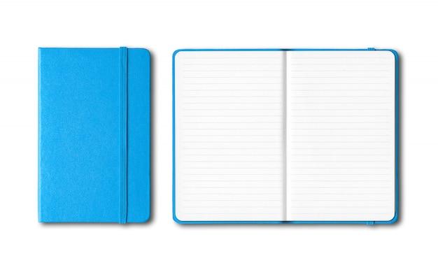 Cadernos azuis alinhados fechados e abertos cianos isolados no branco