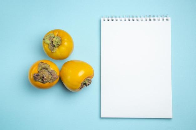Cadernos brancos de três caquis apetitosos