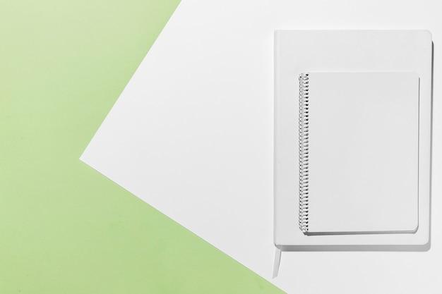 Cadernos brancos mínimos de mesa com vista superior