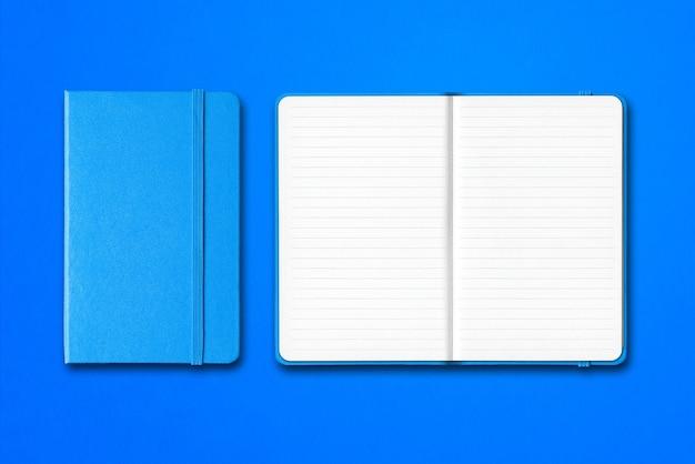 Cadernos ciano fechados e abertos alinhados isolados