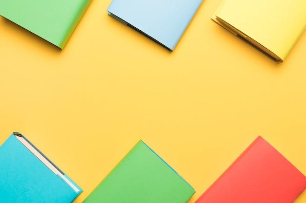 Cadernos coloridos dispostos em ordem