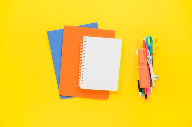 Cadernos coloridos e artigos de papelaria