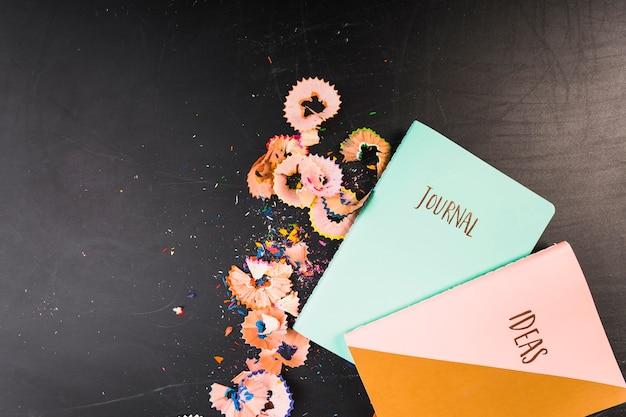Cadernos com aparas de giz de cera