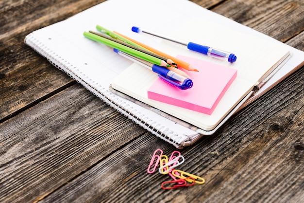 Cadernos com canetas e notas autoadesivas