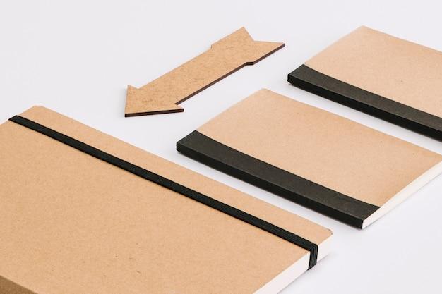 Cadernos de close-up perto de seta