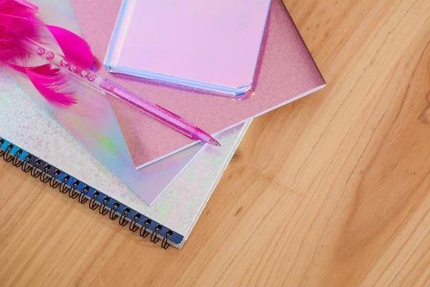 Cadernos e canetas com glitter