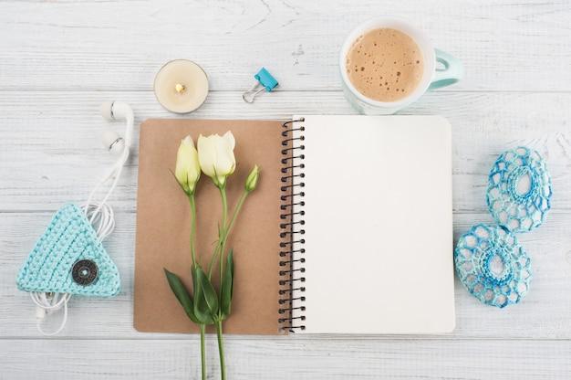 Cadernos em branco, presente com fita verde
