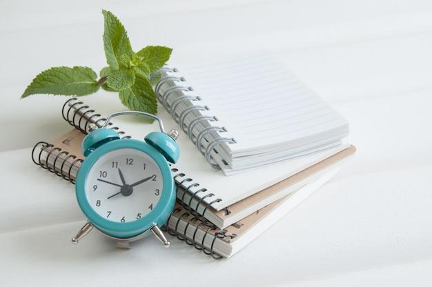 Cadernos em fundo branco de madeira