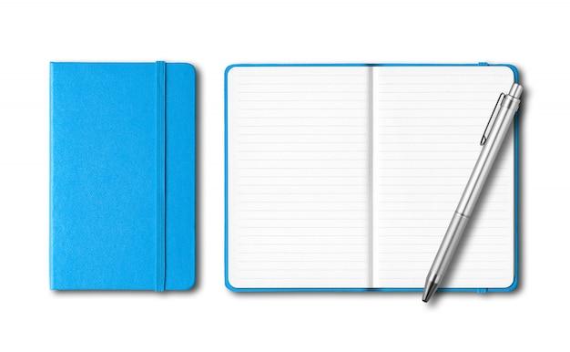 Cadernos fechados e abertos azuis cianos com uma caneta isolada na superfície branca
