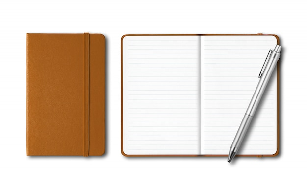 Cadernos fechados e abertos de couro com uma caneta isolada no branco