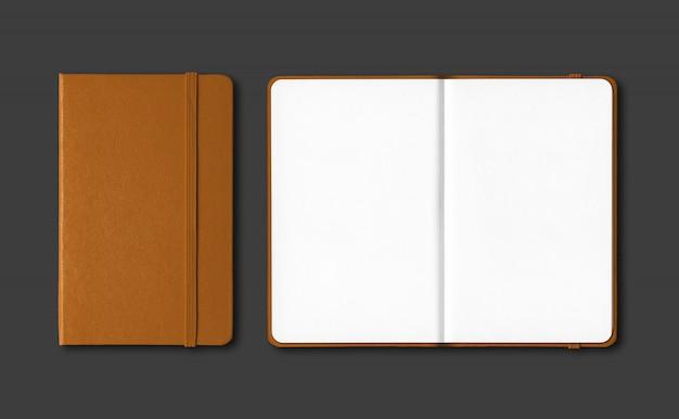 Cadernos fechados e abertos de couro isolados no preto