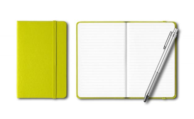 Cadernos fechados e abertos de verde limão com uma caneta isolada no branco
