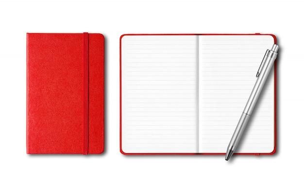 Cadernos fechados e abertos vermelhos com uma caneta isolada no branco