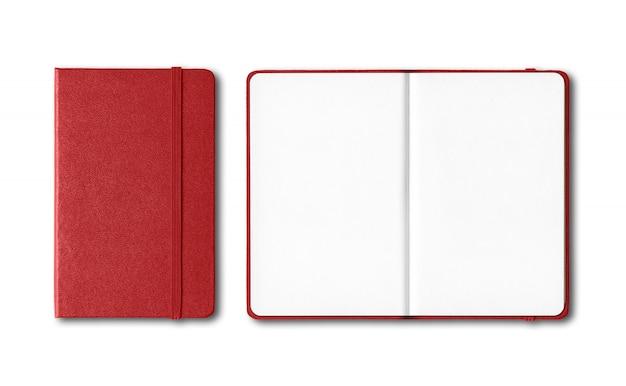 Cadernos fechados e abertos vermelhos escuros isolados no branco