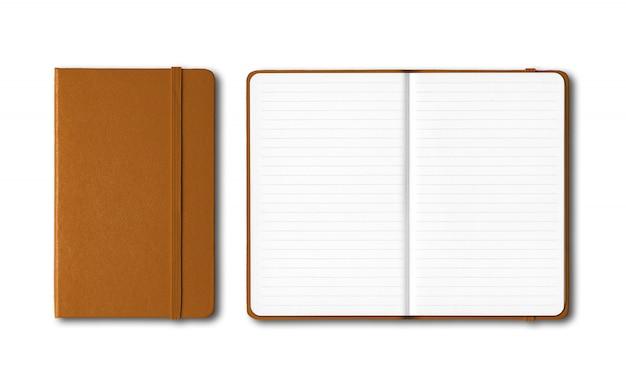 Cadernos forrados fechados e abertos de couro isolados no branco