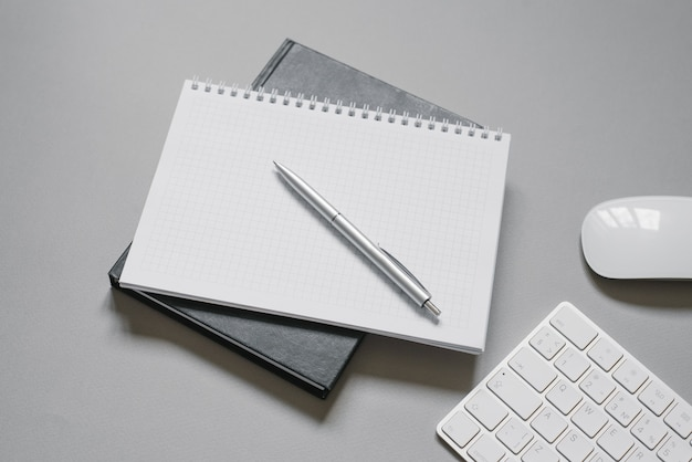Cadernos ou diários com uma página em branco e uma caneta esferográfica em cima. trabalho de escritório