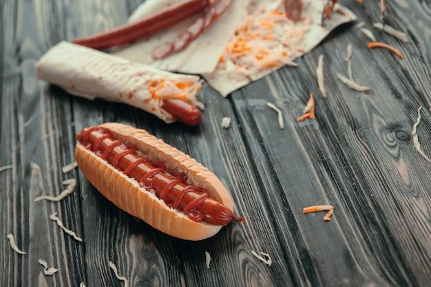 Cães de fast food.hot com molho em fundo de madeira.