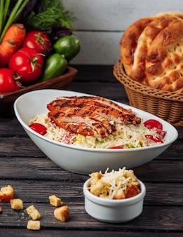 Caesar de frango com queijo ralado na mesa