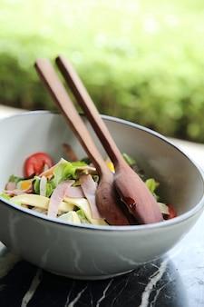 Caesar salad com presunto e ovos