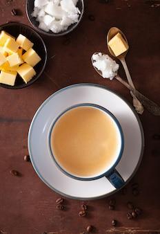 Café à prova de balas, bebida ceto paleo misturada com manteiga e óleo de coco