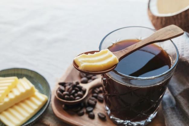 Café à prova de balas, misturado com manteiga alimentada com capim orgânico e óleo de coco mct