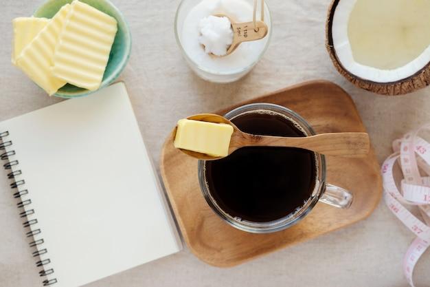 Café à prova de balas, misturado com manteiga e óleo de coco, paleo, bebida cetogênica