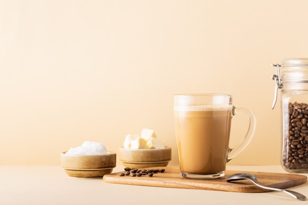 Café à prova de balas, misturado com manteiga orgânica e óleo de coco mct, paleo, ceto, bebida cetogênica no café da manhã.