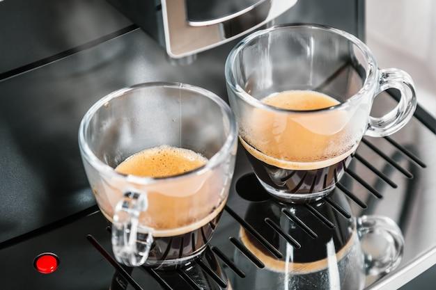 Café acabado de fazer é derramado da máquina de café