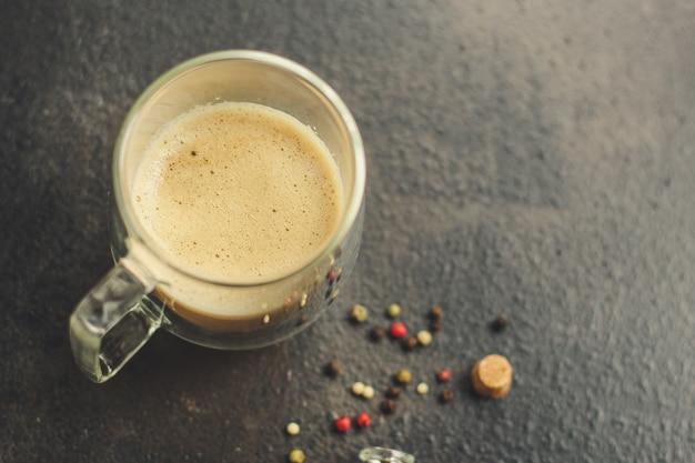 Café acabado de fazer em uma xícara branca, servindo bebidas (grãos de café)
