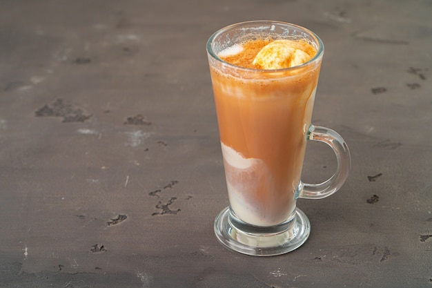 Café affogato com sorvete servido em copo close up
