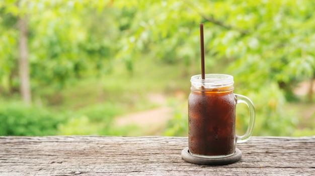Café americano congelado na natureza.