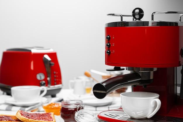 Café americano derramando da máquina de café em casa