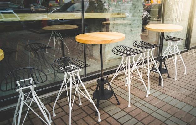 Café ao ar livre com cadeiras e mesas de metal