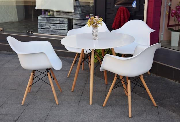 Café ao ar livre com uma mesa e cadeiras