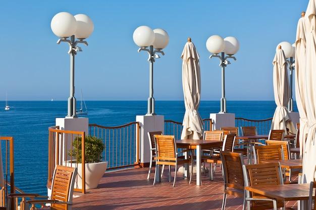 Café ao ar livre com vista para o mar. tiro horizontal