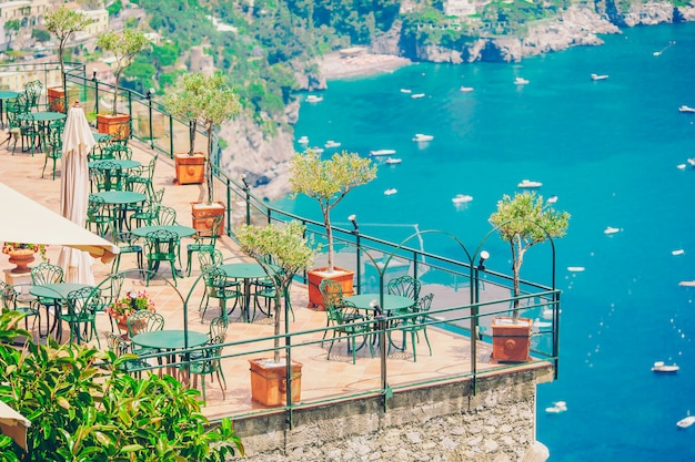 Café ao ar livre vazio de verão em um lugar turístico na itália
