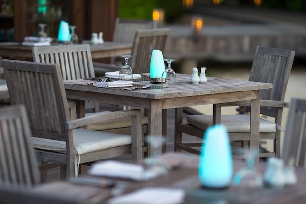 Café ao ar livre vazio de verão na ilha exótica