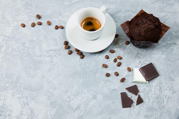 Café arábica expresso em grãos de chocolate amargo. é hora do conceito de café.