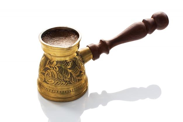 Café arábica quente em jezve de latão