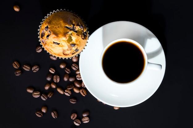 Café aromático e deliciosos pastéis feitos de massa e pedaços de chocolate Foto Premium