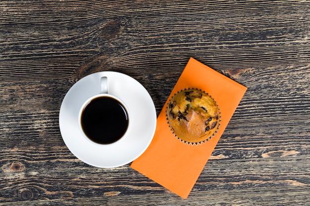 Café aromático e deliciosos pastéis feitos de massa e pedaços de chocolate