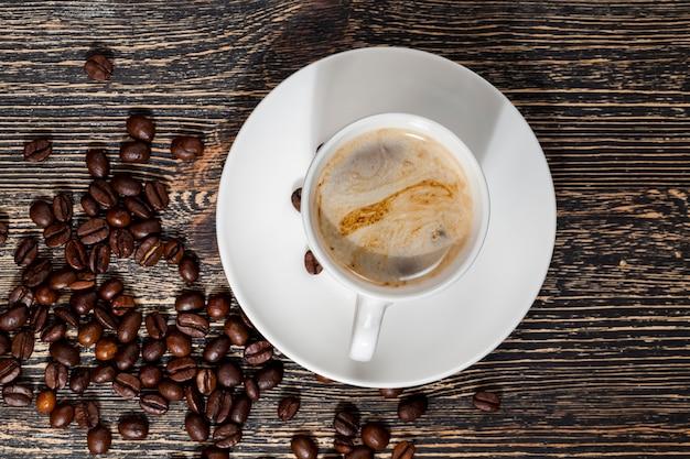 Café aromático e grãos de café inteiros com um delicioso sabor de café, comida, café com muita cafeína, de manhã ou outras refeições, close up