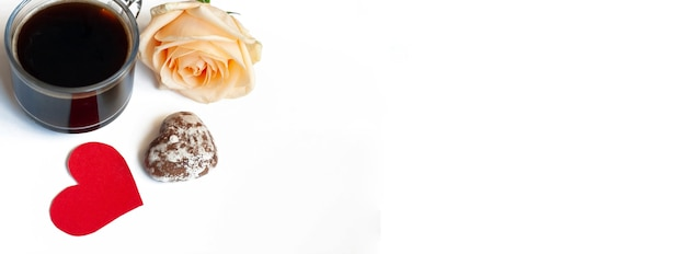 Café banner, bolos de chocolate em forma de coração e uma rosa amarela em um fundo branco, copie o espaço