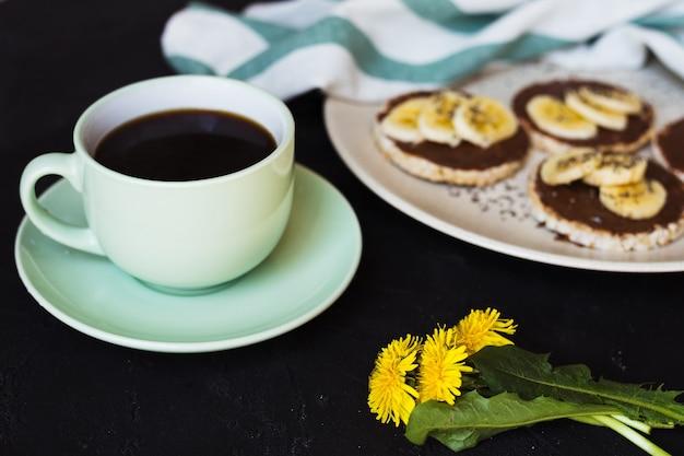 Café bolos de arroz café da manhã chocolate banana
