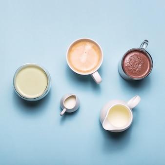 Café, cacau e matcha com creme de leite branco em azul